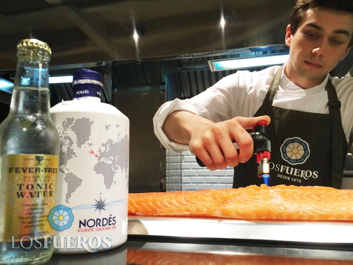 Nuestro compañero Gabriel Benitez preparando el salmón para #SaboreaIlusiones